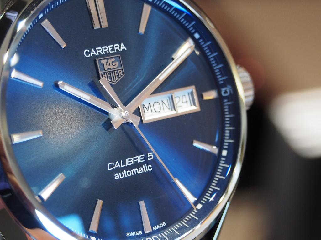 深みのあるブルーが印象的!タグ・ホイヤー「カレラ キャリバー5 デイデイト」
