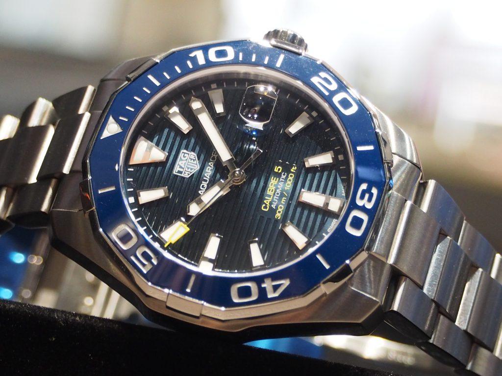 深みのあるブルーが印象的!タグ・ホイヤー「アクアレーサー キャリバー5 セラミック」