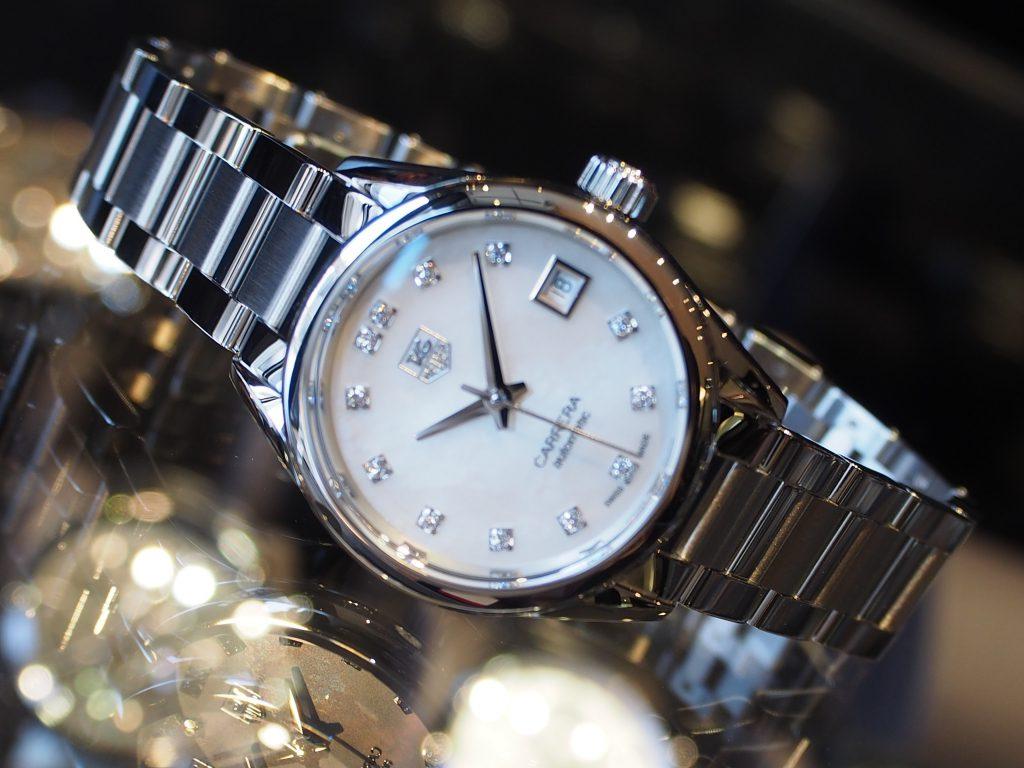 機械式時計を女性がさりげなく着けている姿はカッコイイ!タグ・ホイヤー「カレラ レディ」
