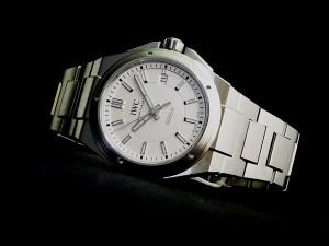 耐磁性能を持つシンプルな時計