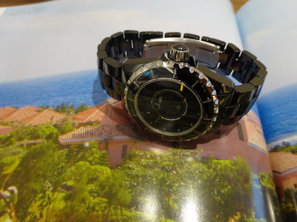 オールブラックで男女問わず着けれる時計です