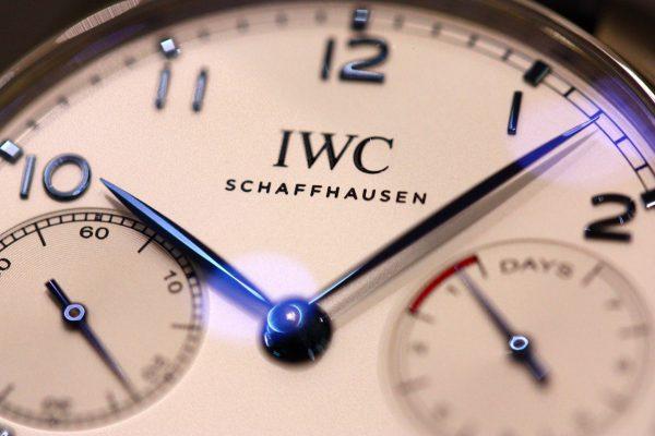 IWCクラシカルなデザインのシルバー文字盤に、ブルーの針とアップライト・インデックスが美しく映える「ポルトギーゼ・オートマチック」。