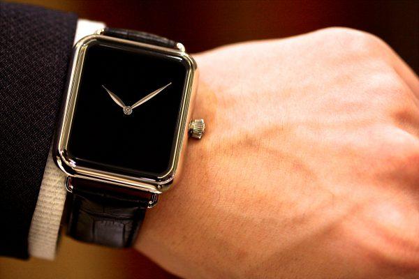 スマートウォッチの電源オフまたはスタンバイモードのように見える、 H. Moser & Cie. の 「Swiss Alp Watch Zzzz」。