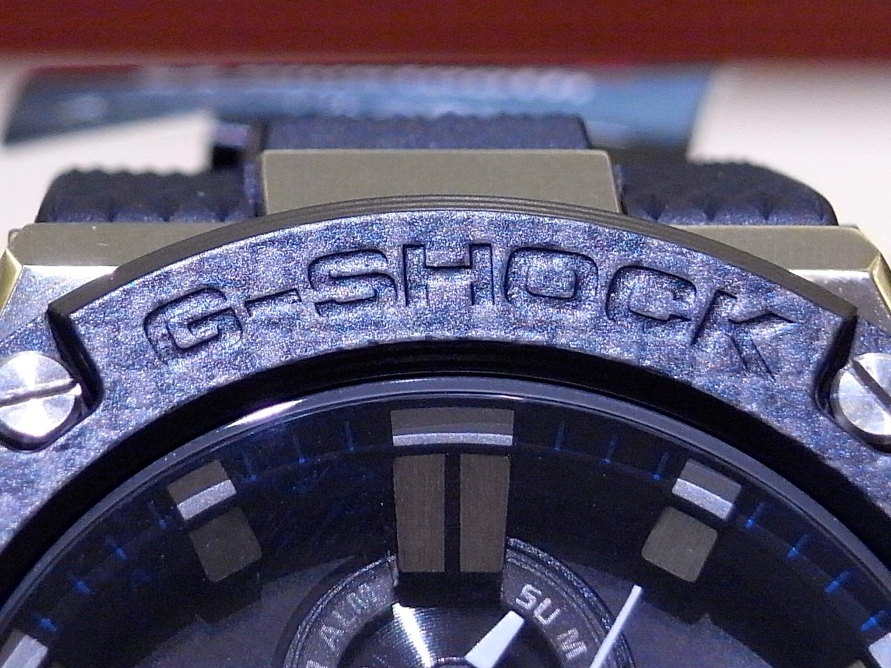 カーボン素材をベゼルに採用した人気のカシオG-SHOCK「G-STEEL」が只今、oomiya大阪心斎橋店にてご覧いただけます。