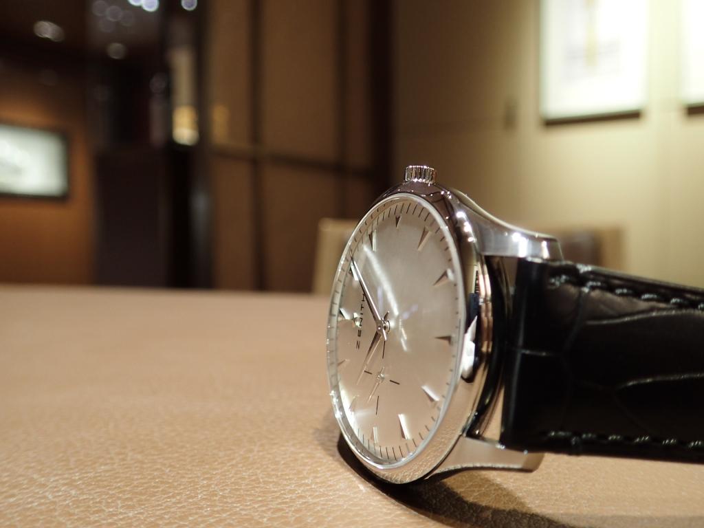 ジャケットスタイルやビジネスに最適! シンプルで美しいデザインの薄型時計