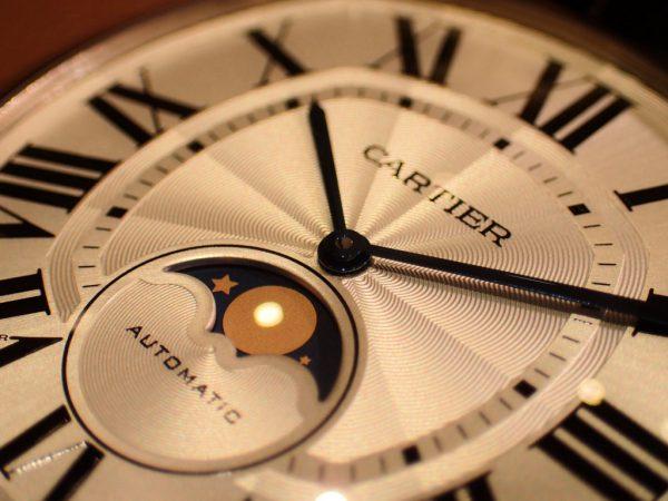 時計に夜空を表したロマン溢れる「ドライブ ドゥ カルティエ ムーンフェイズ ウォッチ」