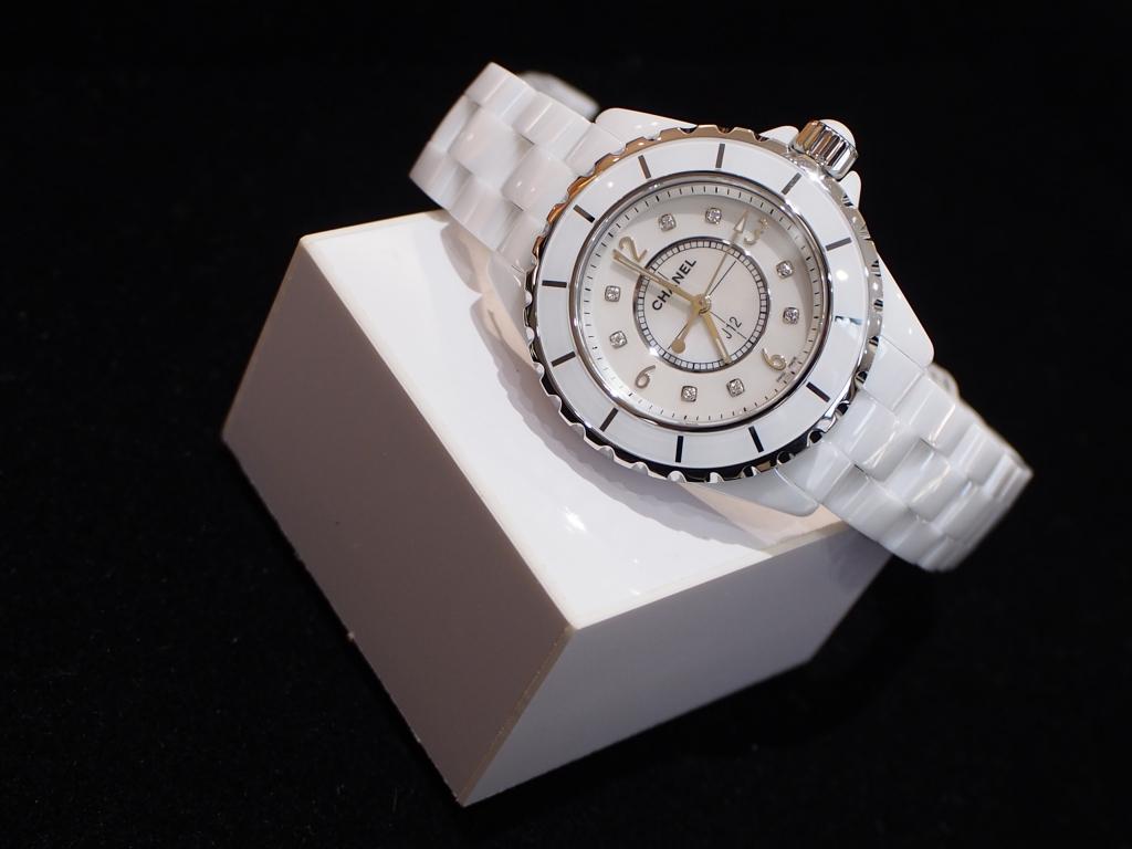 さりげないダイヤモンドが大人の色気を感じさせます!シャネル「J12 33mm ホワイト」