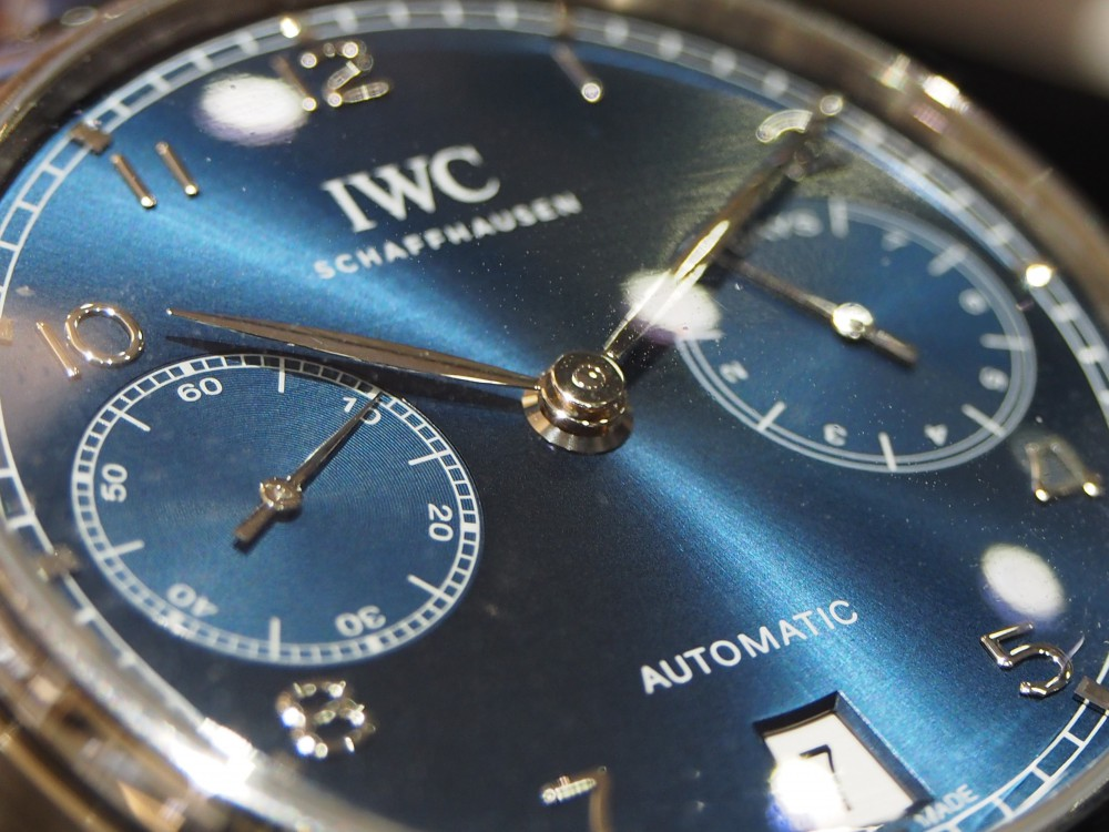 IWCのブルー文字盤は大人色!ブランドによって見え方は違います!「ポルトギーゼ・オートマティック」IW500710-IWC スタッフのつぶやき -PA120167