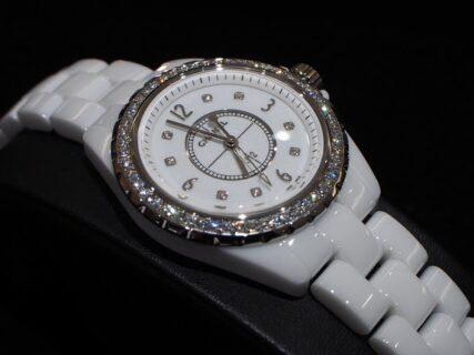 腕元が隠れがちな時期だからこそ、時計は煌びやかに目立たせて!シャネル「J12 ダイヤモンド」H3110