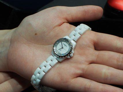 華奢な時計が女性らしさを際立たせます。シャネル「J12 XS」