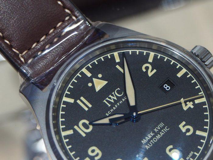 伝統と実用性を両立したIWCらしい時計 「IWC パイロット・ウォッチ・マーク XVIII ヘリテージ 」-IWC -P1240465-700x525