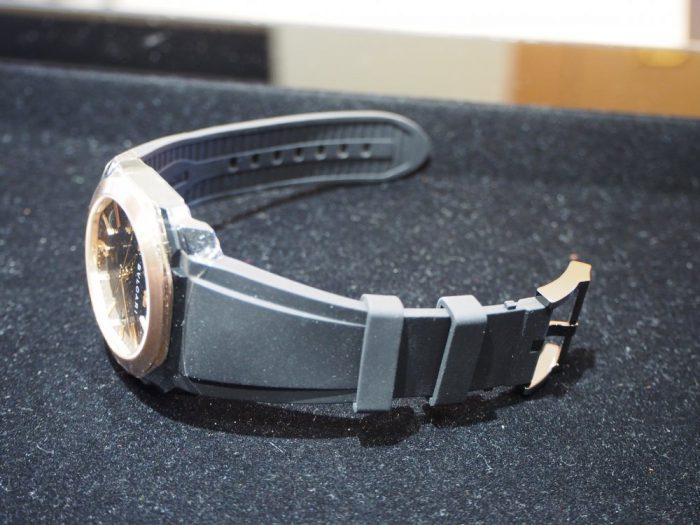 夏の腕元を華やかに。ラバーベルトの時計「ブルガリ オクト オリジナーレ」-BVLGARI -P4090691-700x525