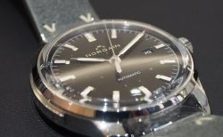 シンプルなスイス製本格機械式時計「ノルケイン フリーダム60 オート」