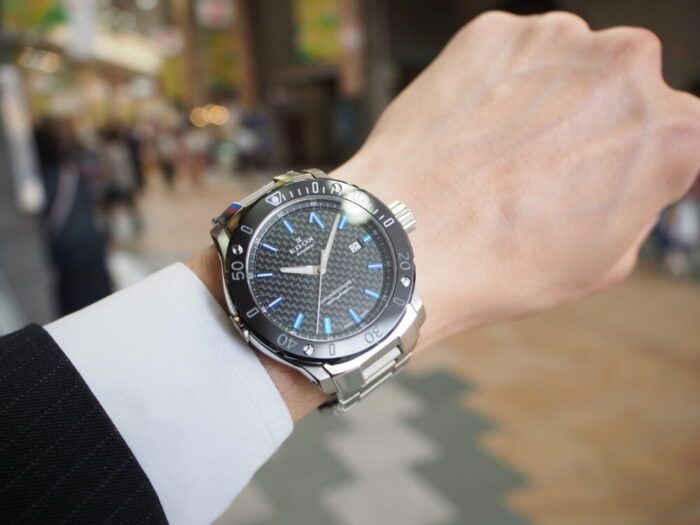 輝きの変化するブルーインデックスで夏の腕元を華やかに「エドックス クロノオフショア1 プロフェッショナル」-EDOX -P6090131-700x525