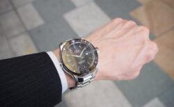輝きの変化するブルーインデックスで夏の腕元を華やかに「エドックス クロノオフショア1 プロフェッショナル」