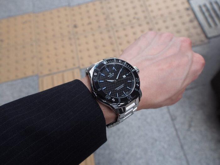 輝きの変化するブルーインデックスで夏の腕元を華やかに「エドックス クロノオフショア1 プロフェッショナル」-EDOX -P6090133-700x525