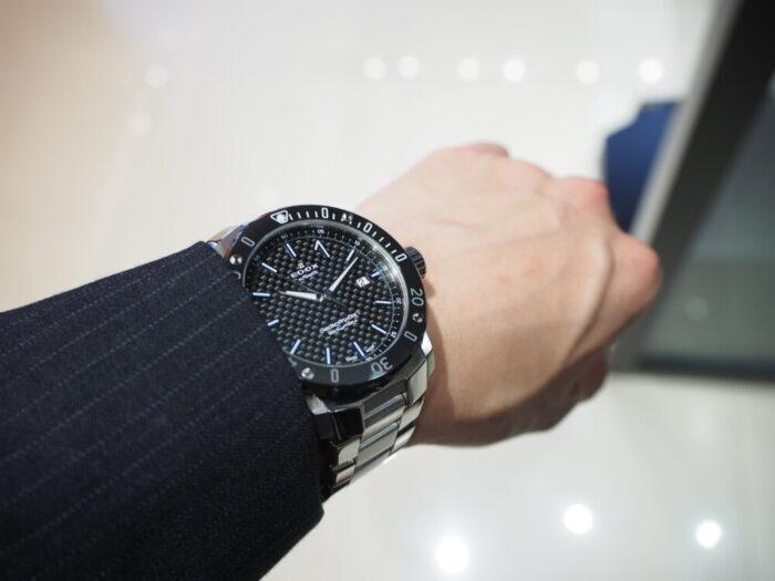 輝きの変化するブルーインデックスで夏の腕元を華やかに「エドックス クロノオフショア1 プロフェッショナル」-EDOX -P6090137-700x525
