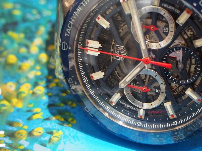 鮮やかなブルーの隙間から精巧な内部を覗かせる「ホイヤー 02」-TAG Heuer -P6090143-700x525