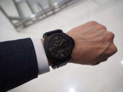 ラバーベルト装着にて展示中。黒いパネライ「ルミノール 1950 3デイズ GMT オートマティック チェラミカ」PAM01441