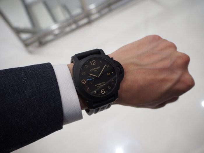 ラバーベルト装着にて展示中。黒いパネライ「ルミノール 1950 3デイズ GMT オートマティック チェラミカ」PAM01441-PANERAI -P8110038-700x525