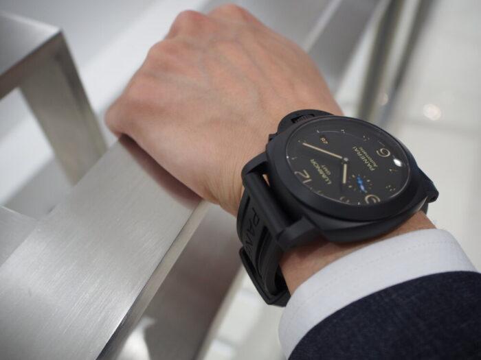 ラバーベルト装着にて展示中。黒いパネライ「ルミノール 1950 3デイズ GMT オートマティック チェラミカ」PAM01441-PANERAI -P8110040-700x525