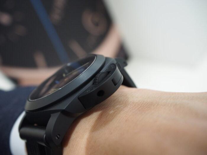 ラバーベルト装着にて展示中。黒いパネライ「ルミノール 1950 3デイズ GMT オートマティック チェラミカ」PAM01441-PANERAI -P8110041-700x525