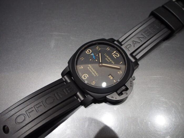 ラバーベルト装着にて展示中。黒いパネライ「ルミノール 1950 3デイズ GMT オートマティック チェラミカ」PAM01441-PANERAI -P8110042-700x525