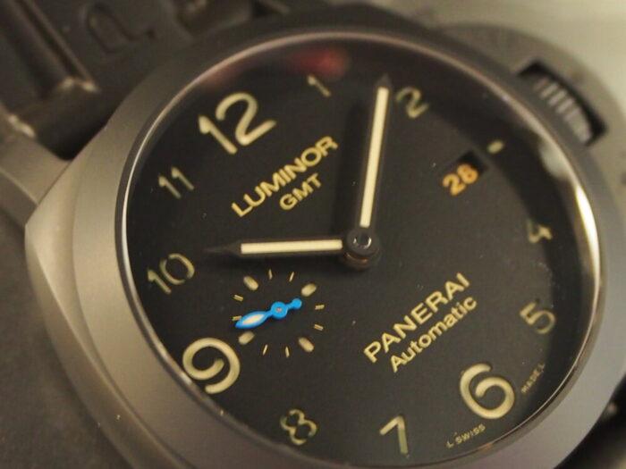 ラバーベルト装着にて展示中。黒いパネライ「ルミノール 1950 3デイズ GMT オートマティック チェラミカ」PAM01441-PANERAI -P8110047-700x525