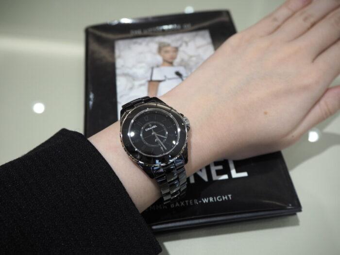 一流ファッションブランドの時計はどんな服装にも合わせやすい!!シャネル「J12 ファントム」(H6345/H6346)-CHANEL スタッフのつぶやき -P1170410-700x525