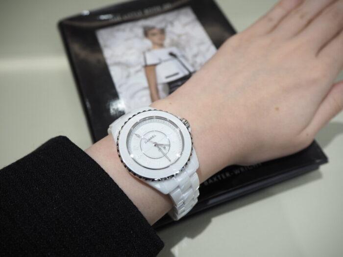 一流ファッションブランドの時計はどんな服装にも合わせやすい!!シャネル「J12 ファントム」(H6345/H6346)-CHANEL スタッフのつぶやき -P1170412-700x525