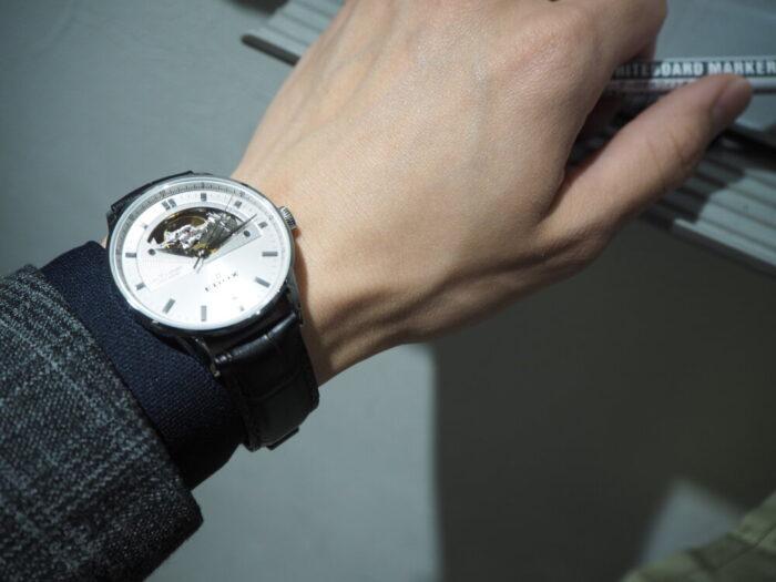 新社会人からの本格機械式時計「エドックス レ・ヴォーベル オープンハート オートマチック」-EDOX -P1210494-700x525