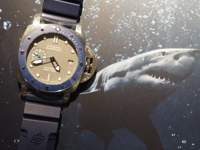 """ブルー""""海"""" × グレー""""鮫""""を表現したダイバーズ「パネライ サブマーシブル 42mm」-PANERAI -P1300588-700x525"""