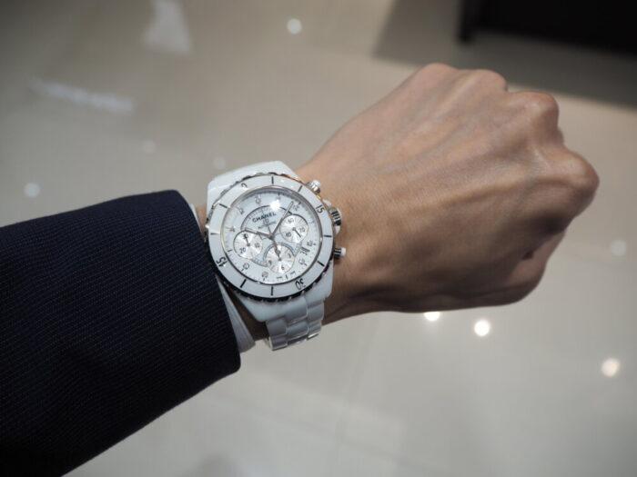 【シャネル】セラミック製の時計、J12はこれからの季節にぴったりです。「J12 クロノグラフ」-CHANEL -P5220037-700x525