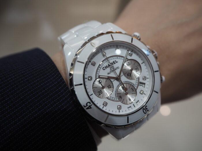 【シャネル】セラミック製の時計、J12はこれからの季節にぴったりです。「J12 クロノグラフ」-CHANEL -P5220038-700x525