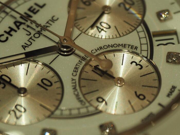 【シャネル】セラミック製の時計、J12はこれからの季節にぴったりです。「J12 クロノグラフ」-CHANEL -P5220042-700x525