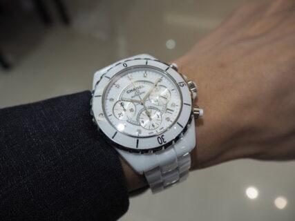 【シャネル】夏に映えるのは白い時計「J12 クロノグラフ」