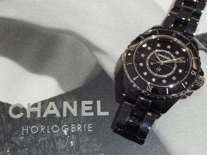 【シャネル】圧倒的な印象を与える黒い時計「J12 ブラック」