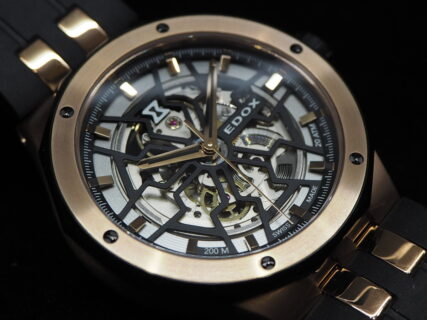 さり気なく豪華な金×黒時計。EDOX「デルフィン メカノ オートマティック」