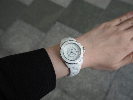 オールホワイトの時計もあります。「シャネル J12 ファントム」