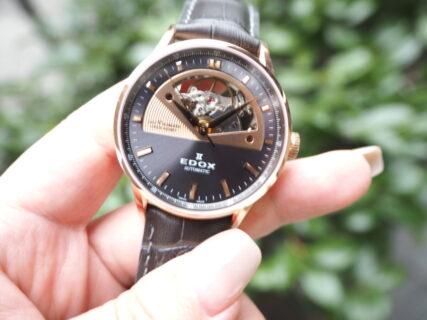 【エドックス】さりげなく腕元に高級時計を「レ・ヴォベール オープン ハート オートマチック」