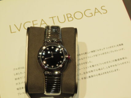 特徴的なベルトに職人技が光る…。ブルガリ「ルチェア トゥボガス」