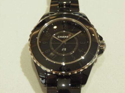 ブラックで統一された女性用の腕時計「J12 ファントム」