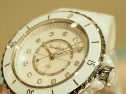 爽やかなホワイトで夏の腕元を華やかに「シャネル J12 33mm」