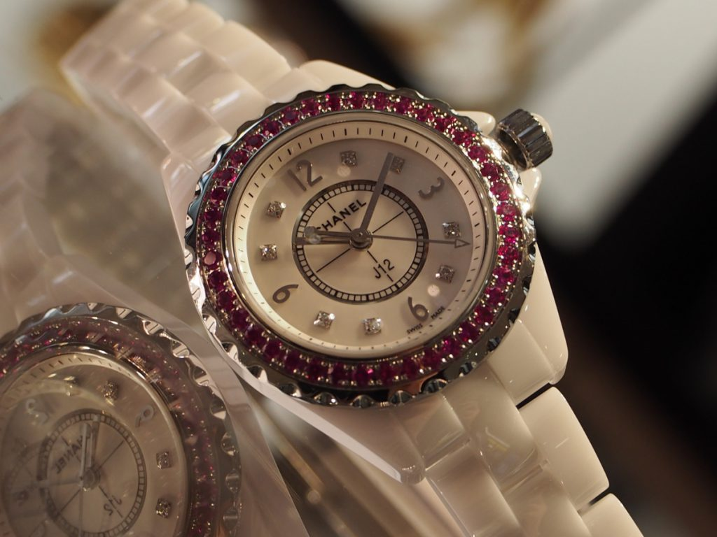 鮮やかなピンクサファイヤがあしらわれた華やかな1本です!/シャネル-CHANEL -P5230155-1024x768