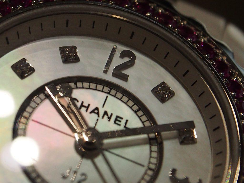 鮮やかなピンクサファイヤがあしらわれた華やかな1本です!/シャネル-CHANEL -P5230161-1024x768