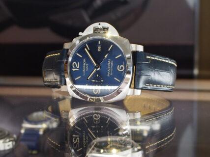 色鮮やかなブルー文字盤が人気!「パネライ ルミノール GMT PAM1033」再入荷しました!