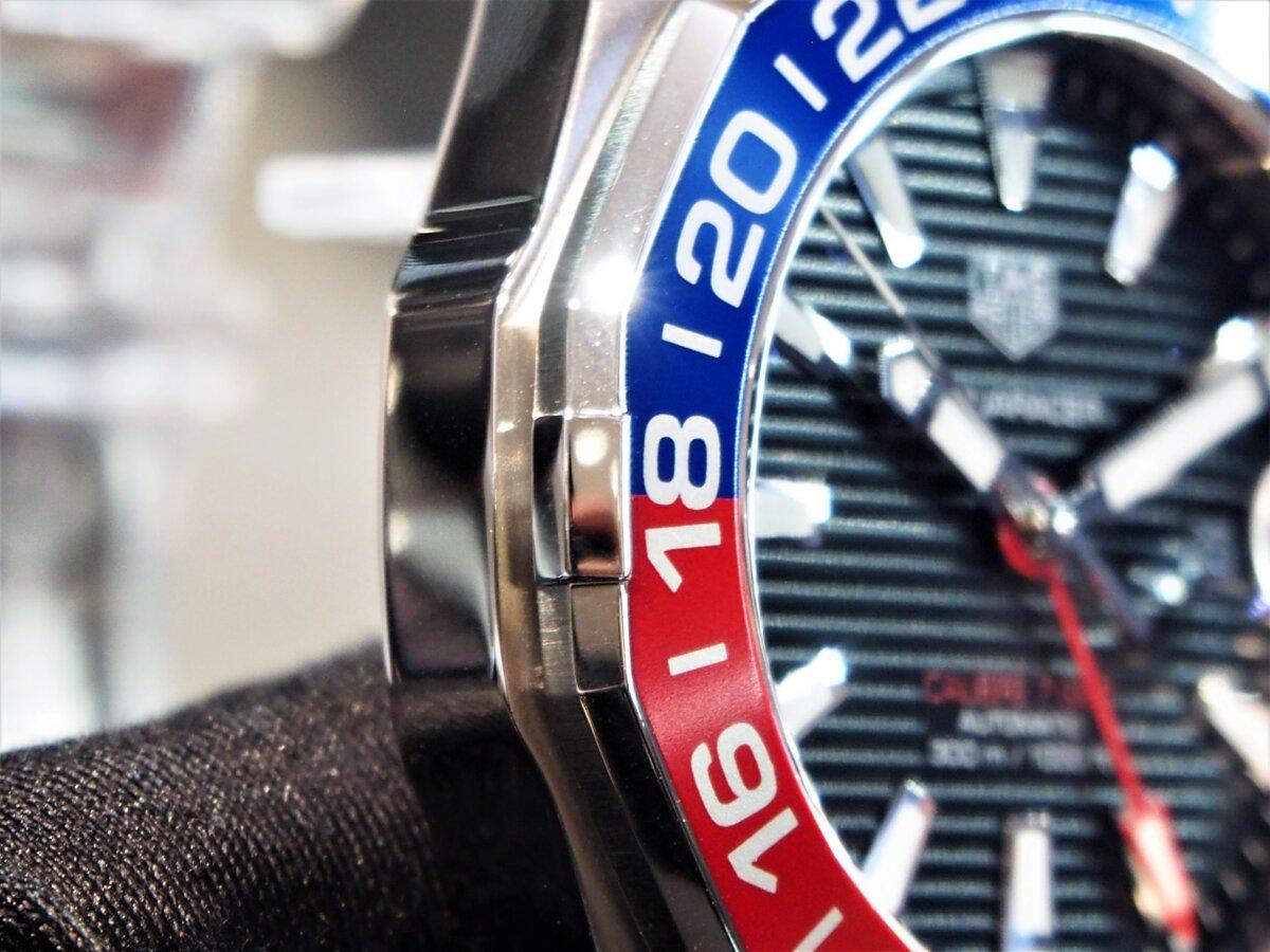 2色のカラーを使い分けたベゼルが特徴的な「アクアレーサー キャリバー7 GMT」-TAG Heuer -PC256859