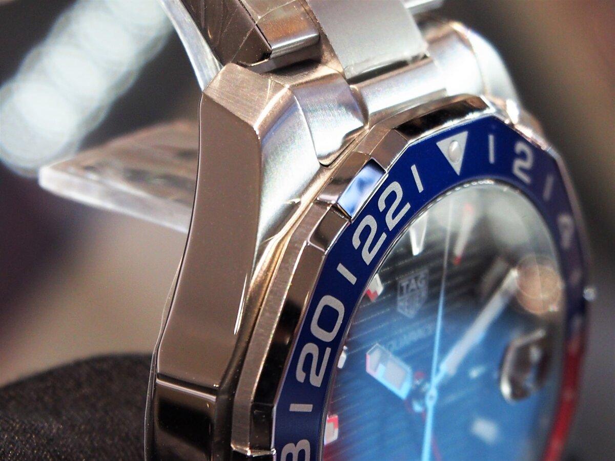 2色のカラーを使い分けたベゼルが特徴的な「アクアレーサー キャリバー7 GMT」-TAG Heuer -PC256860-1