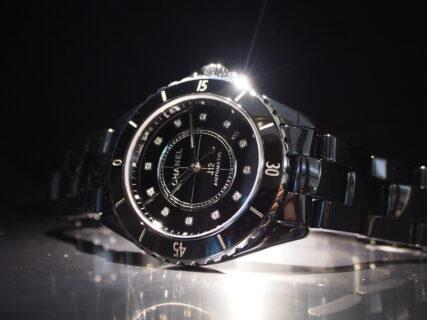 【シャネル】12個のダイヤモンドが映えるブラックカラーのJ12 38mm
