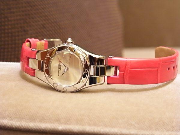 鮮やかな限定カラーのストラップが印象的な、ボーム&メルシエのレディスモデル「リネアクオーツ ピンク&イエロー」。-BAUME&MERCIER -R0122887-600x450